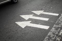 Пешеходный переход с белыми стрелками стоковая фотография rf