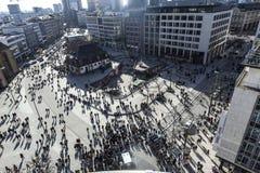 Пешеходы бросили длинные тени идя вдоль Zeil в Франкфурте-на-Майне Стоковая Фотография