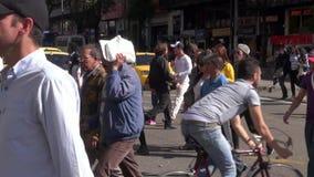 Пешеходы, дела людей идя и ходя по магазинам местные акции видеоматериалы