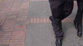 Пешеходы, дела людей идя и ходя по магазинам местные сток-видео