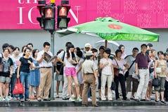 Пешеходы ждать на месте переправы, Шанхае, Китае Стоковые Фото