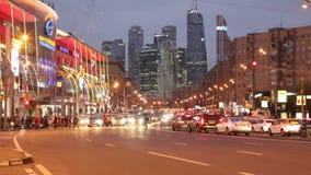 Пешеходы и автомобили на улице на ноче в Москве акции видеоматериалы