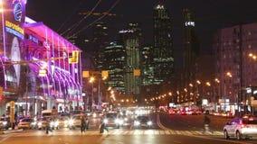 Пешеходы и автомобили на улице на ноче сток-видео