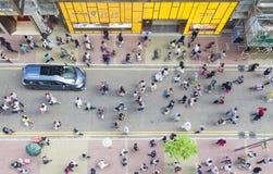 Пешеходы идя на улицу, взгляд высокого угла Стоковая Фотография RF
