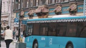 Пешеходы идя перед дорогим китайским рестораном в европейском городе видеоматериал