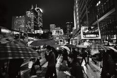 Пешеходы на ноче, центральном районе, Гонконге, Китае Стоковые Фотографии RF