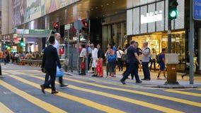 Пешеходы пересекая дорогу сток-видео