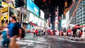 Пешеходы пересекая 46th улицу в Таймс площадь акции видеоматериалы