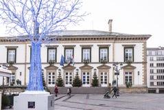 Пешеходы с детьми идут за Гостиницой de Ville Стоковое Изображение