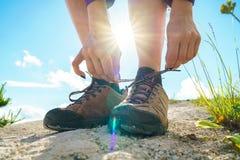 Пешие ботинки - женщина связывая шнурки ботинка Стоковая Фотография RF