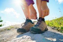 Пешие ботинки - женщина связывая шнурки ботинка Стоковое Изображение RF