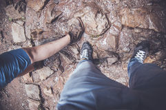Пешие ботинки на дороге утесов стоковые фотографии rf