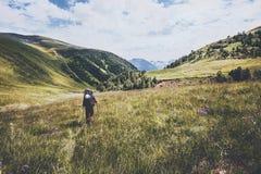 Пешие каникулы на одичалом человеке путешественника природы с рюкзаком в концепции образа жизни перемещения гор рискуют летние ка Стоковые Фото