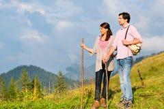 Пешие каникулы - человек и женщина в горах горной вершины Стоковое Изображение RF