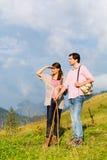 Пешие каникулы - человек и женщина в горах горной вершины Стоковое Фото