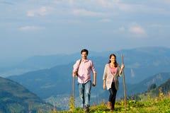 Пешие каникулы - человек и женщина в горах горной вершины Стоковые Изображения