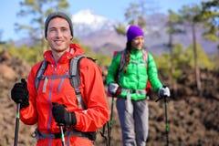 Пешие пары hikers - здоровый активный образ жизни Стоковое фото RF