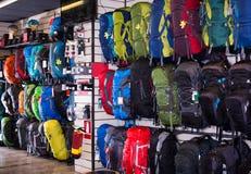 Пешие рюкзаки в спортивном магазине Стоковые Изображения RF