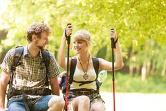 Пешие backpackers пар отдыхая на следе леса Стоковые Фото