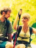 Пешие backpackers пар отдыхая на следе леса Стоковые Фотографии RF
