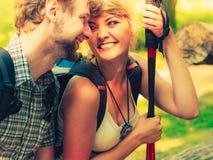 Пешие backpackers пар отдыхая на следе леса Стоковая Фотография