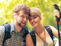 Пешие backpackers пар отдыхая на следе леса Стоковое фото RF