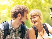 Пешие backpackers пар отдыхая на следе леса Стоковое Изображение RF
