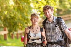 Пешие backpackers пар tramping на следе леса Стоковое Фото