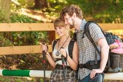 Пешие backpackers пар tramping на следе леса Стоковое фото RF