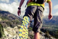 Пеший пеший туризм или бежать с рюкзаком обувают подошву Стоковое Фото