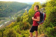 Пеший портрет человека при рюкзак идя в природу Стоковые Изображения
