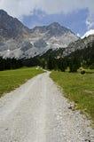 Пеший путь в Альпах. Стоковое Фото