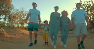 Пеший туризм большой семьи идя на каникулах сток-видео