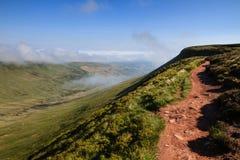 Пеший туризм вдоль пути гребня в Brecon светит национальный парк Стоковое Фото