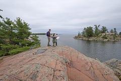 Пеший туризм вдоль удаленного берега озера Стоковые Фото