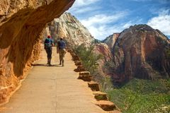 Пеший туризм весеннего времени национального парка Сиона стоковая фотография rf