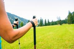 Пеший туризм взрослой женщины Стоковые Фотографии RF