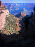 Пеший туризм вниз с гранд-каньона стоковое фото rf