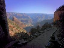 Пеший туризм вниз с гранд-каньона стоковые фотографии rf