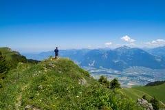 Пеший туризм в горах Альпов Стоковые Изображения