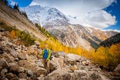 Пеший туризм в горах Стоковые Фото