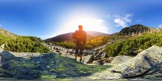 Пеший туризм в горной тропе - панорама виртуальной реальности 360 VR - Nat стоковые фотографии rf
