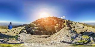 Пеший туризм в горной тропе - панорама виртуальной реальности 360 VR - Nat стоковые изображения
