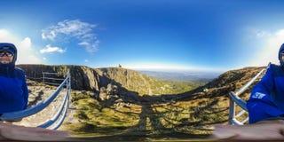 Пеший туризм в горной тропе - панорама виртуальной реальности 360 VR - Nat стоковая фотография
