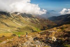 Пеший туризм в итальянских Альпах стоковая фотография rf