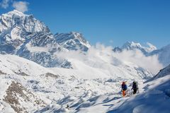 Пеший туризм в красивых горах Гималаев Стоковая Фотография RF