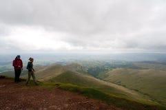 Пеший туризм вдоль холмов Welsh Стоковое Изображение