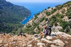 Пеший туризм в Турции Путь Lycian Backpacker морем Стоковая Фотография RF