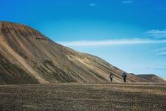 Пеший туризм в Landmannalaugar, ландшафт горы в Исландии Стоковые Изображения RF