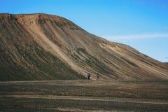 Пеший туризм в Landmannalaugar, ландшафт горы в Исландии Стоковые Изображения